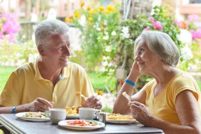 Feliz martes esposos desayunando